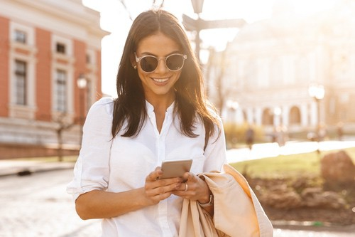 Hamann Kontakt Frau mit Sonnenbrille bestellt online Baustoffe, Streusalz, Bodenbelag, Fliesen, Bad, Sanitaer, Holz, Trockenbau