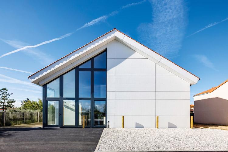 Hamann-aussensnsicht-Modernes-Haus-weiße-Fassade-Verkleidung-Fenster