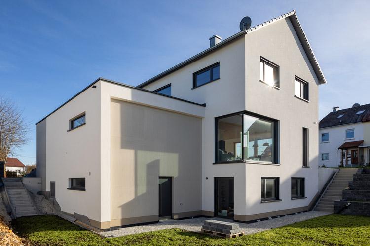 Knauf-Laichingen-Fassade-Kratzputz-Presto-One-Haus-weiß-baustelle-Hamann-750
